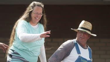 Kim Davis le jour de sa sortie de prison, mardi 8 septembre, accompagnée de son mari.