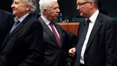 Le président de la Banque centrale européenne Jean-Claude Trichet, le ministre portugais des Finances Fernando Teixeira dos Santos et le commissaire européen aux Affaires économiques et monétaires Olli Rehn (de gauche à droite), lors d'une réunion à Bruxe