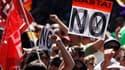 Plusieurs milliers de personnes venues de toute l'Espagne ont manifesté samedi dans les rues de Madrid pour protester contre la hausse des impôts et la baisse des dépenses publiques en matière de santé et d'éducation. /Photo prise le 15 septembre 2012/REU