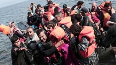 Des réfugiés sur une embarcation de fortune sur la Méditerranée.