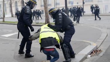 Une interpellation d'un manifestant à Paris, le 8 décembre 2018.
