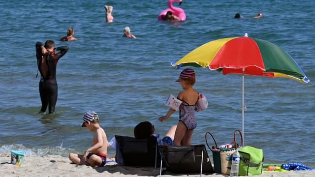 À Palavas-les-Flots dans le Sud de la France, les enfants profitent de la mer pour se rafraîchir en cette période de forte chaleur