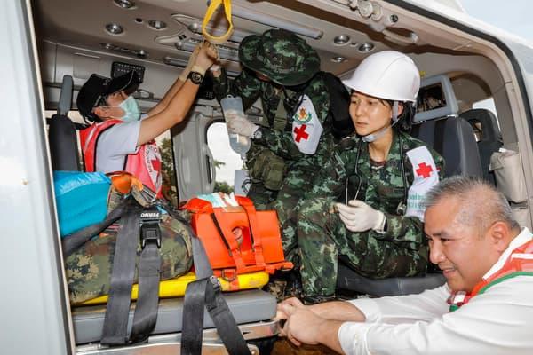 Les secouristes ont répété samedi un exercice d'évacuation afin d'être prêt une fois le contact établi avec les 12 enfants bloqués dans une grotte, en Thaïlande.