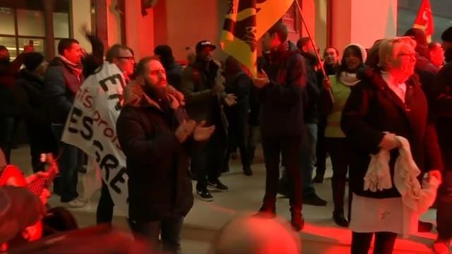 Des cheminots envahissent le siège de BlackRock France à Paris, le 7 janvier 2020.