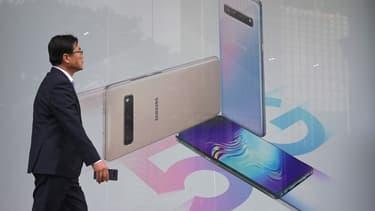Un passant devant une affiche vantant les smartphones 5G de Samsung.