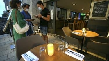 Vérification du pass sanitaire le 23 juillet 2021 dans un restaurant de l'Ile Rousse en Corse