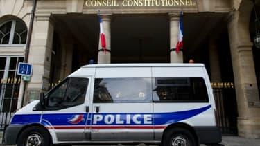 Une camionnette de police devant le Conseil constitutionnel, le 23 décembre 2015 à Paris.
