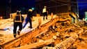 Secouristes sur des ruines du séisme à Lorca (Espagne), jeudi à l'aube.