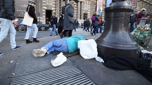 Une personne sans-abri dans la rue à Paris, aux abords du palais du Louvre.