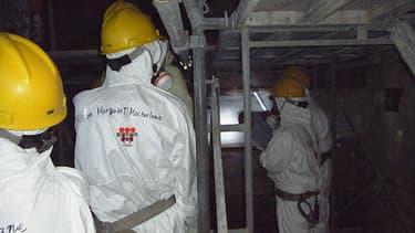 Des personnes visitent le réacteur numéro 4 de la centrale de Fukushima.