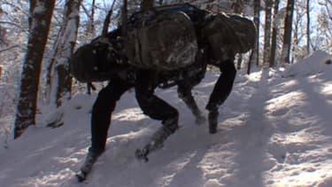 Big Dog, un robot qui peut porter 200 kilos de chargement sur trente kilomètres sans pauses, est utilisé par les GI de l'armée américaine.