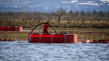 Un travailleur du ministère russe des Urgences intervient sur un déversement de diesel polluant dans une rivière à l'extérieur de Norilsk, en Russie, le 6 juin 2020. (Photo d'illustration)