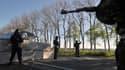 Policiers ukrainiens à l'entrée de Slaviansk, dans l'Est de l'Ukraine, vendredi 25 avril.