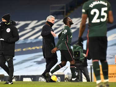 José Mourinho accompagne Tanguy Ndombele à sa sortie du terrain