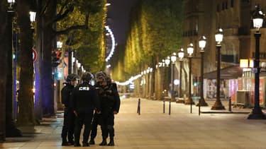 Des CRS lors de l'attentat des Champs-Elysée le 20 avril 2017.