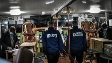 Un policier contrôle un bar à Paris le 3 février 2021, dans le cadre des mesures de restriction liées à la pandémie de Covid-19