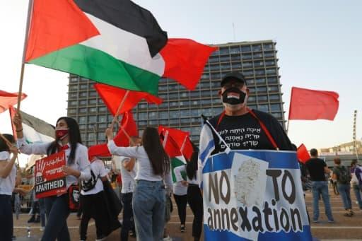 Des manifestants dénoncent le projet du gouvernement d'annexer des pans de Cisjordanie occupée, sur la place Rabin à Tel-Aviv, le 6 juin 2020