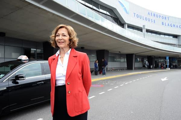 Anne-Marie Idrac devant l'aéroport de Toulouse-Blagnac, en mai 2015.