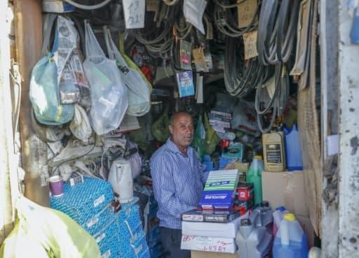 Un Palestinien travaille dans un magasin de pièces de rechange dans le quartier de Wadi al-Joz, à Jérusalem-Est occupée, le 3 juin 2020