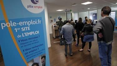 Aucun des économistes interrogés cette semaine par Reuters ne pense que l'objectif de François Hollande d'inverser la courbe du chômage fin 2013 se réalisera, et quasiment tous prévoient que le chômage continuera à augmenter l'an prochain. /Photo prise le
