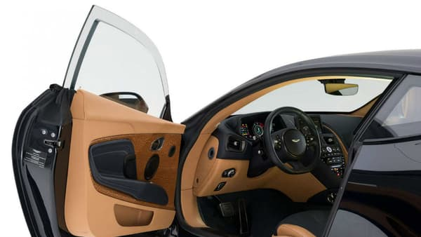 Le renforcement des vitres des portières est la plus visible des modifications apportées sur cette DB11 blindée