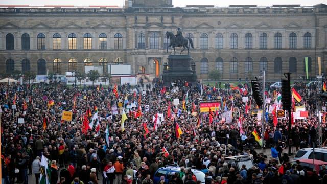 Des partisans de Pegida rassemblés à Dresde, en Allemagne, le 19 octobre.