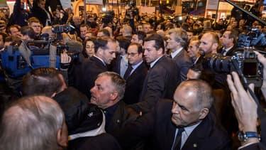 François Hollande dans la foule du Salon de l'agriculture 2016, samedi matin.
