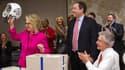 Hillary Clinton, de retour au travail après un mois d'absence, a été ovationné par ses collaborateurs, qui lui ont offert un casque et un maillot de football américain.