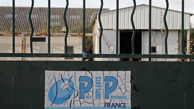 A la Seyne-sur-Mer, près de Toulon, bâtiment désaffecté ayant abrité la société Poly Implants Prothèses. Partagés entre des sentiments de trahison et de gâchis, d'anciens salariés de PIP évoquent le coeur lourd leur passé dans cette société française accu
