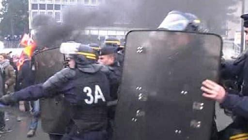Les affrontements entre forces de l'ordre et ouvriers ont fait des blessés légers.