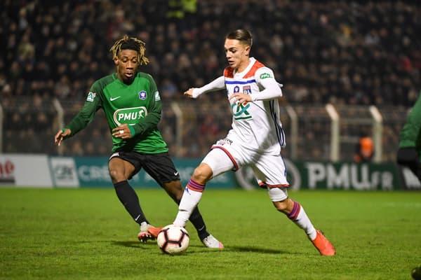 Maxence Caqueret (en blanc) lors de ses débuts professionnels avec l'OL en janvier 2019 face à Bourges en 32e de finale de la Coupe de France