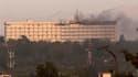 Six à sept taliban, certains portant des ceintures d'explosifs, ont donné l'assaut mardi soir à l'hôtel Intercontinental de Kaboul. L'attaque, à laquelle deux hélicoptères de l'Isaf ont mis fin, a fait au moins dix morts parmi les civils./Photo prise le 2
