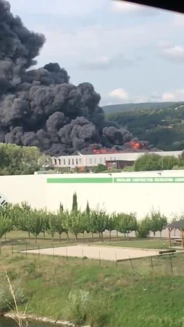 Un entrepôt de pneus en feu à Valence - Témoins BFMTV