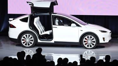 Le Model X est reconnaissable à ses ailes papillons.
