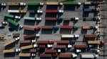 Des files de camions transportant des conteneurs au port de Baltimore (Etats-Unis), 20 octobre 2021