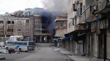 """A Homs, dimanche. L'armée syrienne a déclenché lundi d'intenses tirs d'artillerie dans cette ville, faisant au moins sept morts, alors que Damas a annoncé la victoire du """"oui"""" à 89,4% au référendum sur la nouvelle Constitution, qualifié d'imposture par l'"""