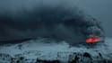 Le volcan Eyjafjöll, dont l'éruption a entraîné de fortes perturbations dans le trafic aérien européen, continue d'être actif mais le nuage de cendres qui s'en dégage est moins élevé. /Photo prise le 19 avril 2010/REUTERS/Lucas Jackson