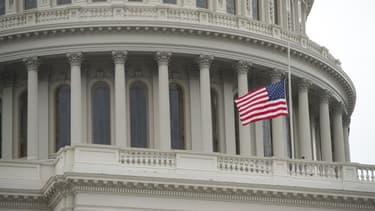Un drapeau américain sur le Capitole à Washington DC.