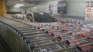 La Peugeot 308 entourés de dizaines de chariots