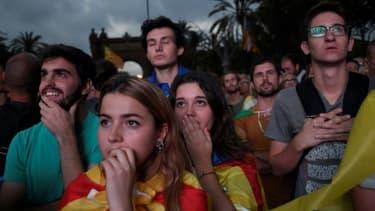 Des partisans de l'indépendance de la Catalogne écoutent le discours de Carles Puigdemont devant l'Arc de Triomphe de Barcelone, le 10 octobre 2017