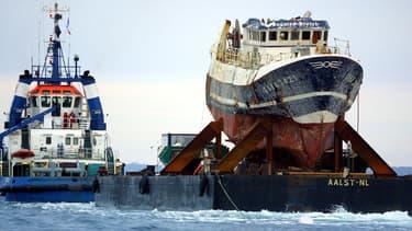 L'épave du Bugaled Breizh remorquée dans le port de Brest, le 13 juillet 2004.