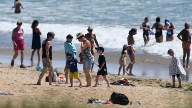 Des gens rassemblés sur la plage d'Erdeven dans le Morbihan, ce mercredi 20 mai 2020.