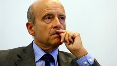 """L'ancien Premier ministre Alain Juppé s'interroge de nouveau sur la pertinence du """"bouclier fiscal"""", qui cristallise les critiques de la majorité. Ce dispositif, qui fut l'un des engagements électoraux de Nicolas Sarkozy, limite à 50% des revenus les impô"""