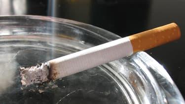 Une cigarette dans un cendrier