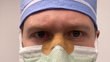 Daniel Heiferman, chirurgien américain, juge que le pansement sur le masque peut éviter la buée sur les lunettes