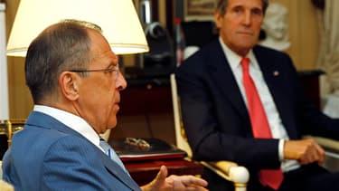 Le secrétaire d'Etat américain John Kerry (à droite) et le ministre russe des Affaires étrangères Sergueï Lavrov ont réaffirmé lundi, dans un grand hôtel parisien, leur profond engagement aux principes de la conférence de Genève I prévoyant un gouvernemen