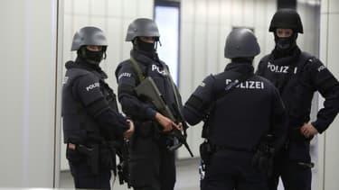 Des policiers patrouillent dans le métro de Vienne le 3 novembre 2020, au lendemain de l'attentat qui a fait au moins 4 morts