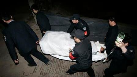 Evacuation d'un mineur à Hejin. Les recherches de rescapés se poursuivaient mardi dans une mine du nord de la Chine dont 115 personnes ont été sorties vivantes en deux jours, après plus d'une semaine passée dans l'eau et l'obscurité. /Photo prise le 6 avr