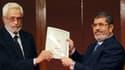 Le président Morsi (D) reçoit une copie de la nouvelle constitution