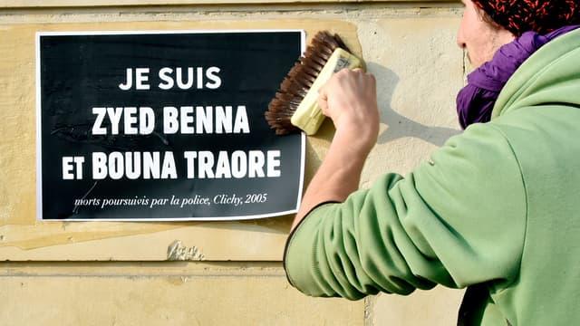 Un homme colle une affiche de soutien le 18 mars 2015 à Rennes